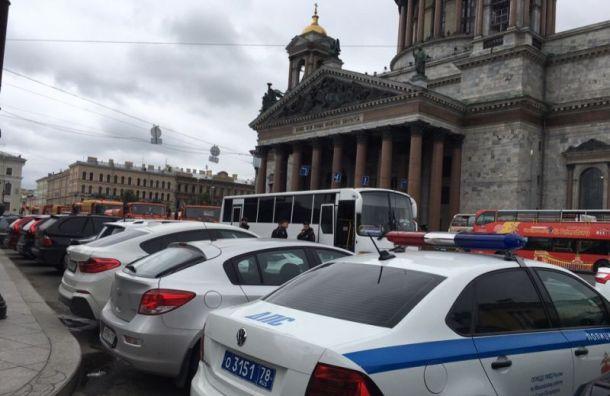 Исаакиевскую площадь окружили автозаки