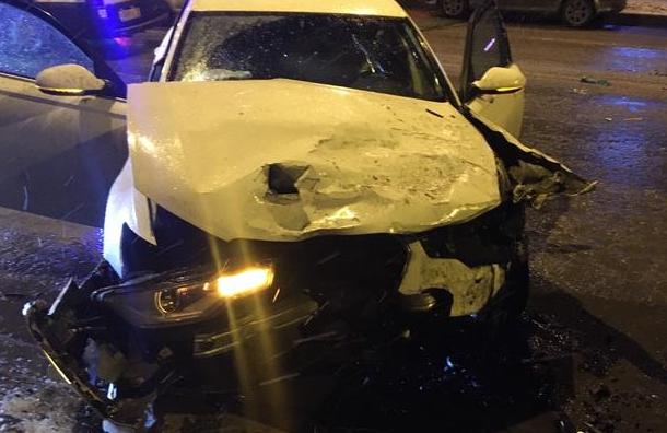 Водитель Audi ночью врезался в пять припаркованных машин на Сикейроса