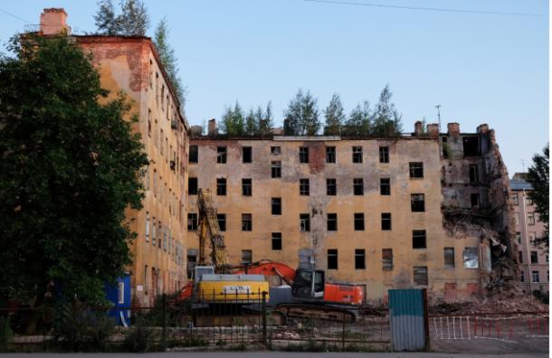 Рабочие снесли часть дома Кутикова в центре Санкт-Петербурга
