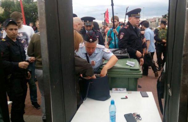 «Запрещенные» плакаты изымают у участников митинга за честные выборы
