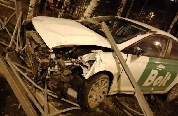 Такси влетело в дорожное ограждение на ул. Жени Егоровой