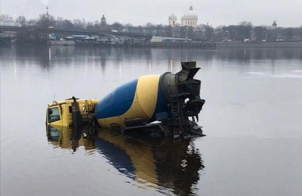 Упавшую бетономешалку вытащили из Невы спустя 10 часов