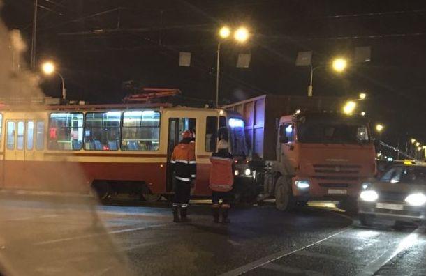 Трамвай протаранил КамАЗ на Петергофском шоссе