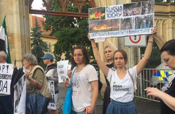 Россияне устроили митинг у посольства страны в Праге