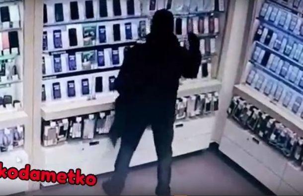 «Сделал себе подарок на 23-е»: мужчина разбил витрину и унес iPhone