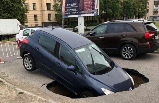 Иномарка провалилась «под землю» на Варшавской ул.