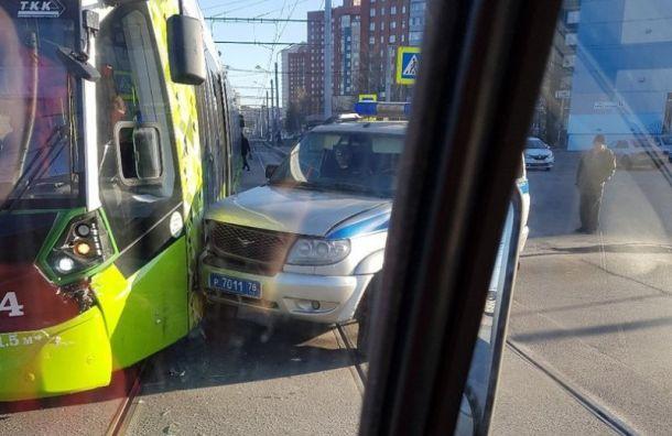 «Чижик» столкнулся с полицейской машиной на проспекте Косыгина