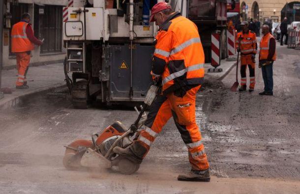 Смольный хочет заключать контракты на ремонт дорог на три года