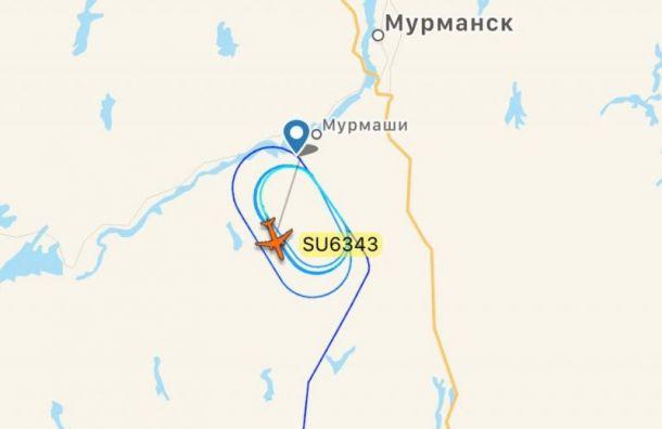 Самолет из Санкт-Петербурга кружит над Мурманском