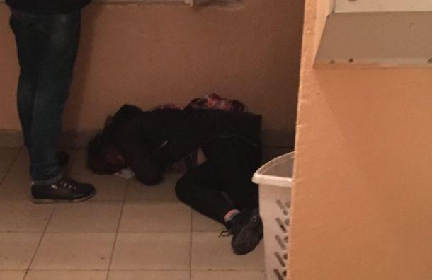 Школьницу без сознания обнаружили в петербургской парадной