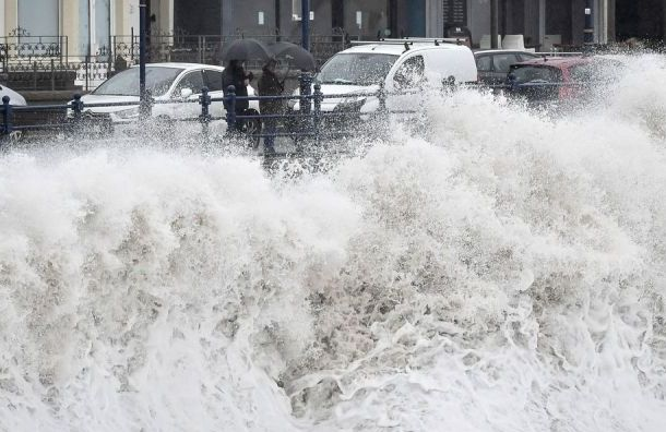 Из-за штормового ветра в Санкт-Петербурге объявлен оранжевый уровень опасности