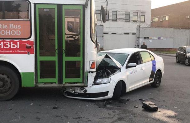 Пьяный водитель каршеринга угодил под припаркованный автобус в Обухово