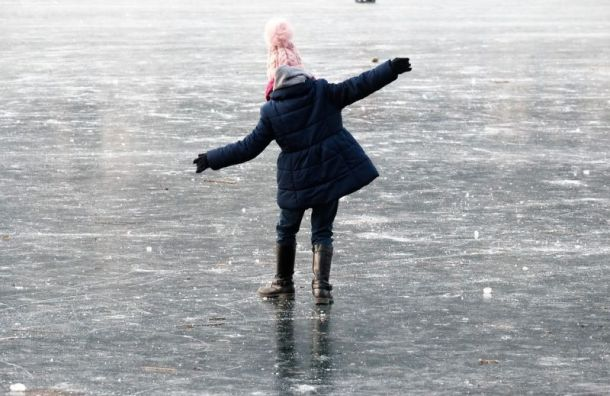 Петербуржцам запретили выходить на лед до 15 января