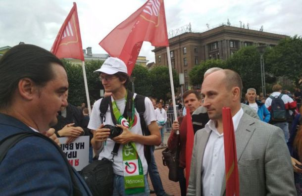 Петербуржцы собираются для митинга на площади Ленина