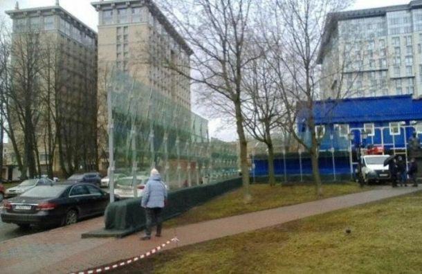 На Васильевском острове готовят бронированное стекло к приезду Путина