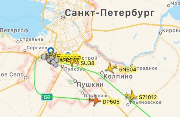 Самолет из Махачкалы не может приземлиться в Санкт-Петербурге