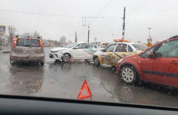 Четыре автомобиля попали в аварию на пересечении Богатырского проспекта