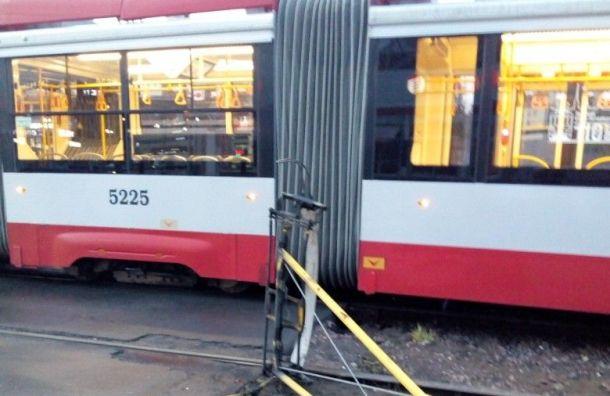 Трамвай потерял токоприемник на проспекте Испытателей