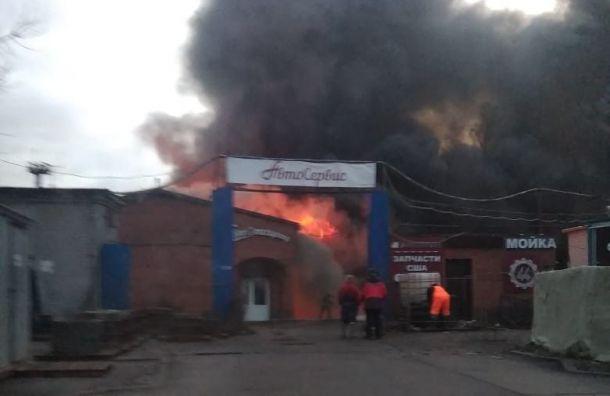 Пожарные тушат сильный пожар в автосервисе на Салова