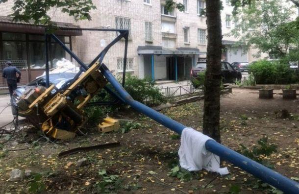 Строительный кран рухнул во двор с крыши девятиэтажки