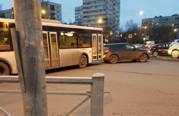 Автобус врезался в иномарку на Луначарского