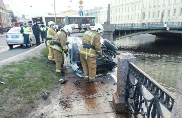 Пьяный водитель пробил ограждения и чуть не свалился в Мойку