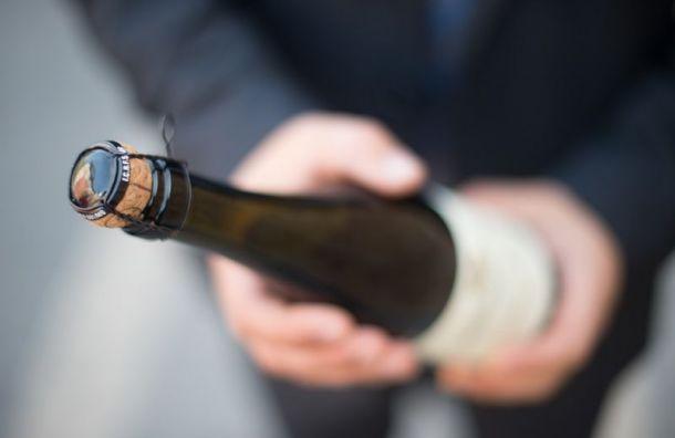 Житель Охты бросил с балкона бутылку шампанского в прохожего