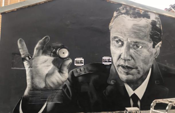 Граффити с персонажем из «Криминального чтива» появилось на Лесном проспекте