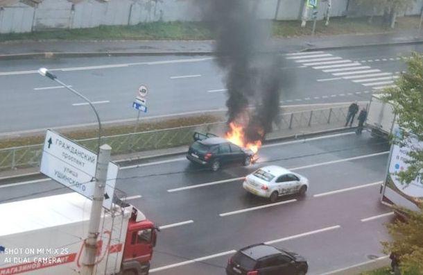 Горящий автомобиль ограничил движение на Суздальском проспекте