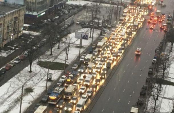 Авария спровоцировала затор на Ленинском проспекте
