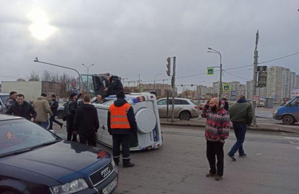 Женщина за рулем Mazda «уронила» на бок полицейский УАЗ