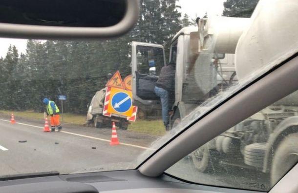 Бетономешалка врезалась в дорожников на трассе Санкт-Петербург — Москва