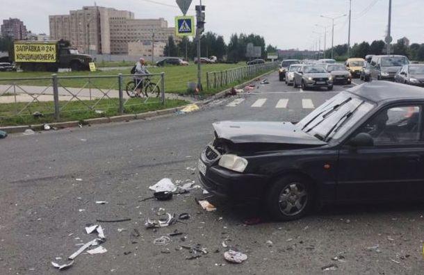 Мать двоих детей скончалась в больнице после аварии на Светлановском