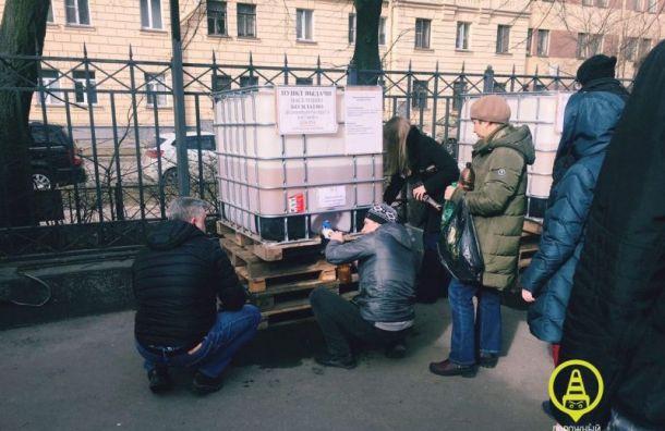 Петербуржцы выстроились в огромную очередь за разливным антисептиком