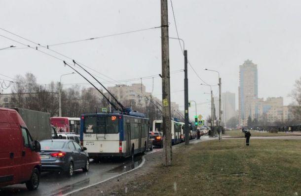 Маршрутка врезалась в легковушку на проспекте Ветеранов