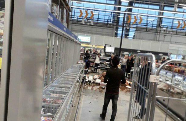 Рабочие «Ленты» уронили поддон с алкоголем
