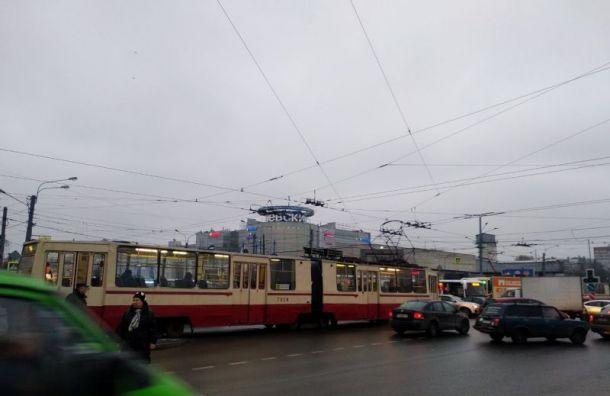 Трамвай перегородил дорогу на пересечении Большевиков и Дыбенко