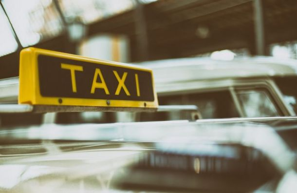 Пассажирки обвинили таксиста в изнасиловании и избили его