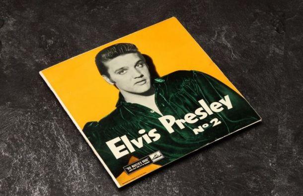 Доллар с автографом Элвиса Пресли и его пластинку продают в Санкт-Петербурге