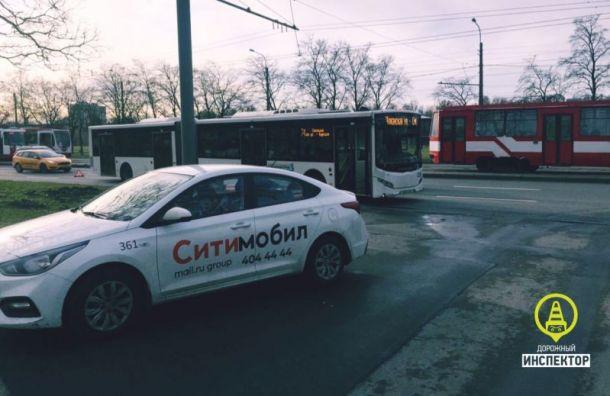 Три пассажира автобуса пострадали в ДТП с такси на Бухарестской ул.