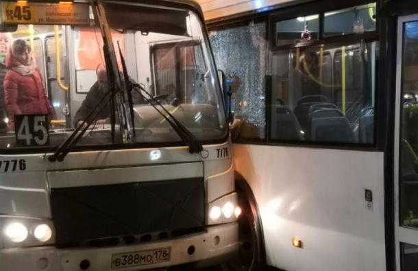 Автобус столкнулся с маршруткой около метро «Ленинский проспект»