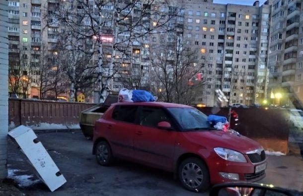 Припаркованную машину забросали мусором на проспекте Просвещения