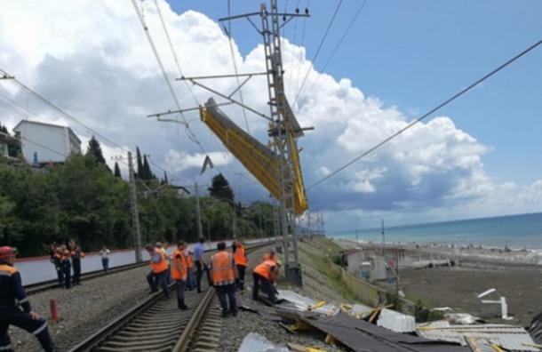 Сорванная ветром крыша упала на поезд Адлер — Санкт-Петербург