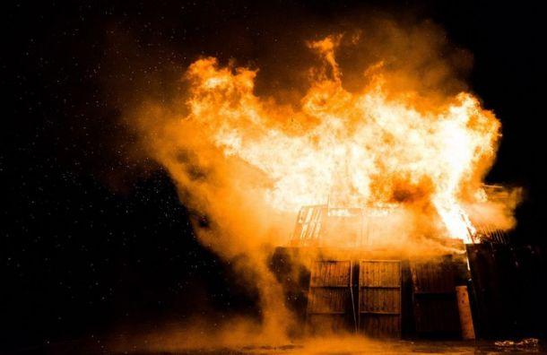 Пожар в Петро-Славянке тушат по повышенному рангу сложности