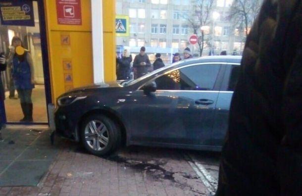 «Ленту» на Бабушкина эвакуировали из-за влетевшей в магазин иномарки