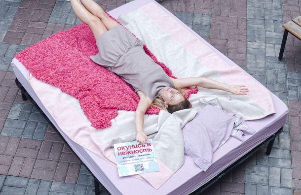 Большую «нежную» кровать установили в центре Санкт-Петербурга