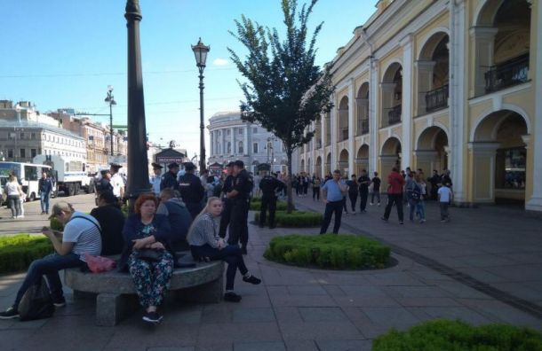 Пикеты у Гостиного Двора начались с задержаний