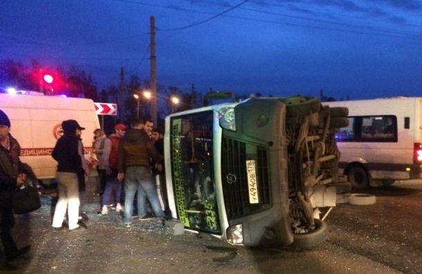 Маршрутка с пассажирами ехала на красный и врезалась в травмай