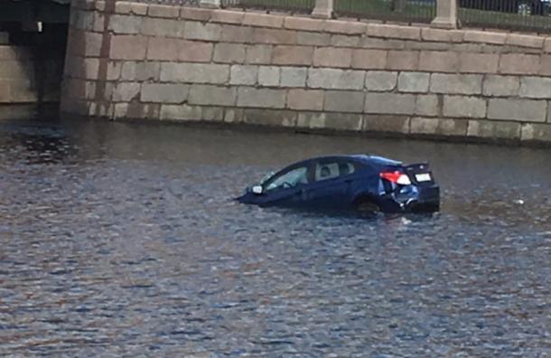 Автомобиль пробил ограждение после столкновения и пошел ко дну