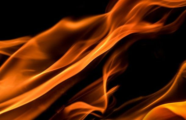 Пожарные тушат металлопрокатный цех на Седова